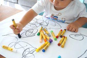 dieťa si maľuje